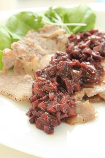 ルバーブのジャムを使ったソースは、ステーキやハンバーグなどのお肉料理と相性抜群!甘酸っぱくて濃厚な風味をお楽しみ下さい。