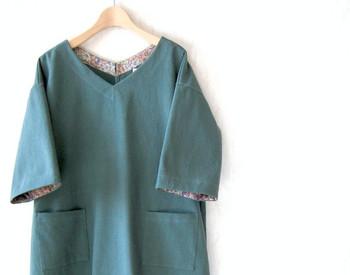 """あえて裏地というのがなんともおしゃれで贅沢なワンピース。リバティプリントは定番柄(エターナル)の""""Gloria Flowers""""です。ゆったりとしたシルエットなので重ね着にもぴったりですね。"""