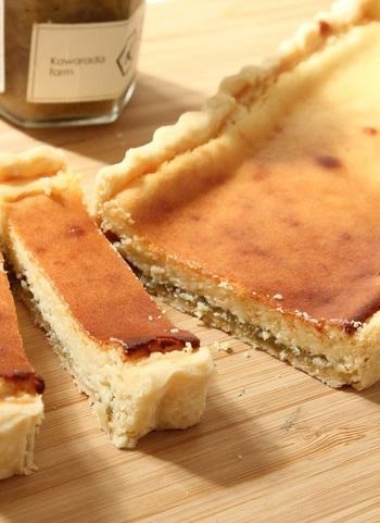 パルミジャーノ・レッジャーノ入りのチーズケーキ生地の下に手作りのルバーブジャムを敷き込んだ一品。ルバーブジャムの甘酸っぱさとチーズの濃厚さが絶妙にマッチします。ワインのおつまみにもぴったり!