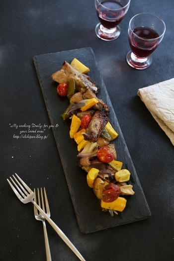 甘酸っぱいルバーブジャムは、お肉の下味としても大活躍!甘辛味がお肉に染みたやわらかお肉は、メインにもおつまみにも…。