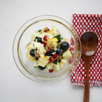 ルバーブの酸味と独特な風味が楽しめるサラダは、フルーツと合わせて、甘酸っぱいサラダに!ルバーブのピンクと色とりどりのフルーツの彩りが、とても美しいですね。