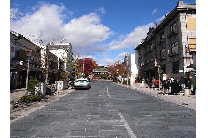 大門交差点付近から善光寺参道方向を望む。