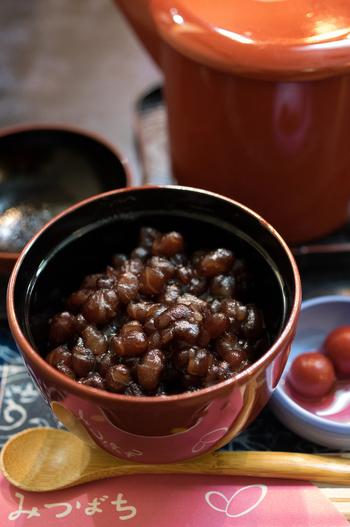 お椀を開けると小豆がぎっしり。底にお餅が入っていますよ。小豆の旨味と甘さをしっかり味わえる贅沢なぜんざいですね。