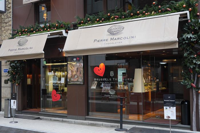 ベルギー王室御用達の称号をもつ「ピエール・マルコリーニ」。 カカオの仕入れや扱いには、こだわりと自信をもって提供されています。照明も落としたオシャレな店内も素敵。