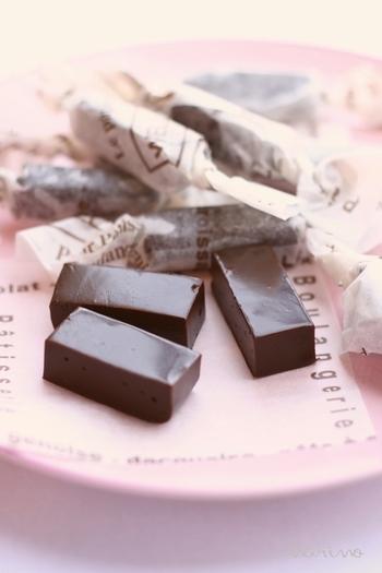 チョコとココアが入ったチョコレート生キャラメル。濃厚かつ、お口の中でスッと解ける食感がやみつきに!柔らかさは、煮詰める加減によって変わって来るので、お好みで作ってみてはいかがでしょう。