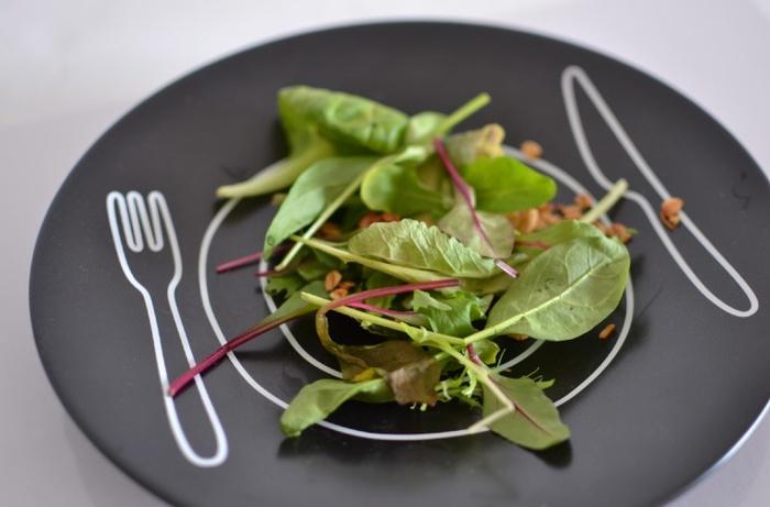 大胆な柄のお皿には、シンプルな盛りつけを意識してみましょう◎お皿の柄を、最大限に活かすことができますよ。