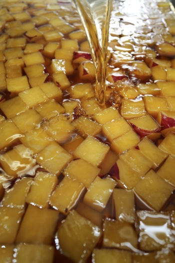 飴色に、黄金色に輝く「角」。  天然の食味は、さすが芋一筋80年の味わい。病み付きになる美味しさです。  「角」は全部で10種類。基本は「和三盆糖」。他に、柚子,炙り,胡麻,塩,きな粉,一味,塩昆布,珈琲,シナモンがあります。