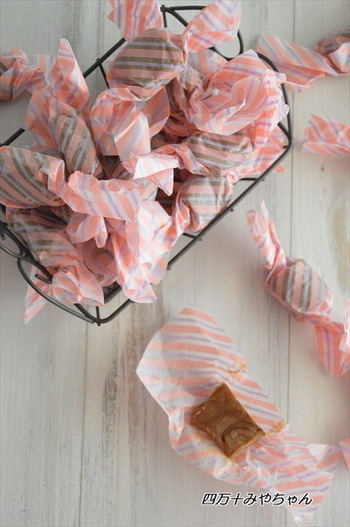 プレーンの生キャラメルにインスタントコーヒーを加えてコーヒーキャラメルに!可愛らしいパラフィン紙などでラッピングすれば贈り物にもぴったりですね♪コーヒー好きのお友達にプレゼントしてみませんか!