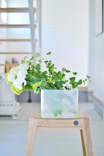 無印良品のメイクボックスを使った、グリーンのインテリア。ポリプロピレンの水に強い素材なので、フラワーベースとしても心強いアイテムです。大きな花をつけた植物を下に、小さなお花やグリーンはふんわり上に、あえてカットせずに横に倒して生けます。