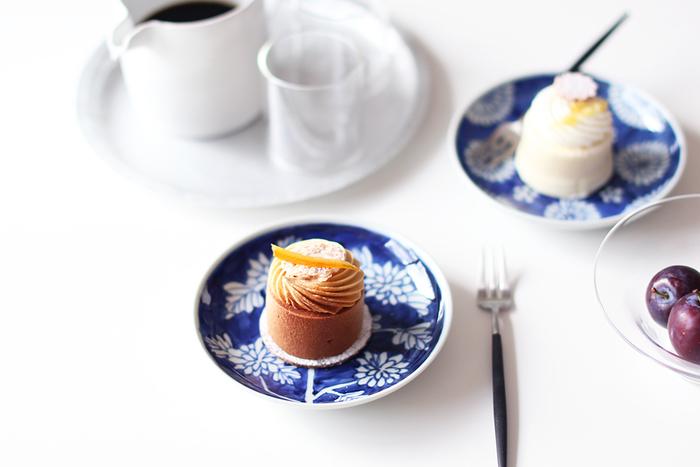 菊の絵柄が可愛い和皿。和食にはもちろんですが、洋食やケーキなどにも合うんです♪華やかなスイーツも、どこか落ち着いた雰囲気になりますね。
