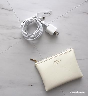 スマホの白い充電ケーブル。持ち歩くときは、白のリボンで結んで、アイボリーのポーチにIN。見習いたいエレガントさです。