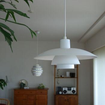 空間の印象を一変させてくれるのが照明器具。デンマークのルイス・ポールセンのデザインによる「PH4/3(手前)」、フィンランドのアルヴァ・アアルトのデザインによる「アルテック(奥)」をマンションのリビング・ダイニングに。国もデザイナーも違いますが、洗練されていながら柔らかな、共通した北欧の空気を感じます。