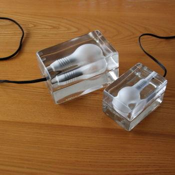 間接照明や部分照明は、思い切りデザインで遊んでみるのも素敵。こちらは「デザインハウス ストックホルム」の「Block Lamp」。ガラスブロックの中に電球を埋め込んだような個性的なデザインは、シンプルながら置くだけでインパクト大!
