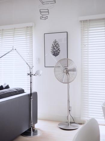 スマートでメタリックな質感の「Stadler Form」の扇風機は、置くだけで主役級の存在感。オフシーズンも置きっぱなしにすることを前提に選んだそうです。
