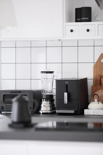 こちらのキッチンは、トースター、ミキサー、コーヒーメーカー、そして手前に写り込んだケトルまで黒で統一。白地に黒ラインのタイルや、棚の引出しの取っ手まで…統一感のある美しいキッチンです。