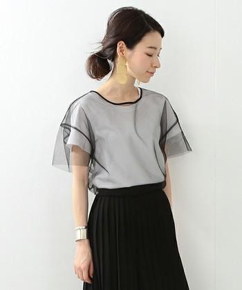 シアーな透け感が素敵なトップスは、シンプルなTシャツと合わせてレイヤードスタイルに。重たくなりがちな重ね着コーデも軽やかに演出してくれます。