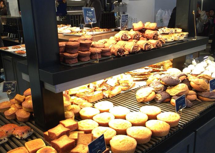 N.Yからやってきた人気店には多種多様なパンが並び、カップケーキやクッキーもあるので必ずお気に入りがみつかるはず。