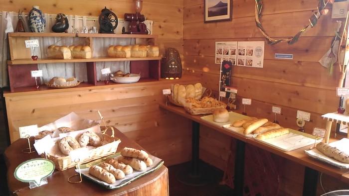 店内には、美味しそうなパンが並びます。併設されたカフェでは、買ったばかりのパンをいただけるのはもちろん、ホットドッグやトーストを使ったスイーツなども食べることもできます。天気が良ければ、緑いっぱいの庭にあるテラス席でいただくのがおすすめ。