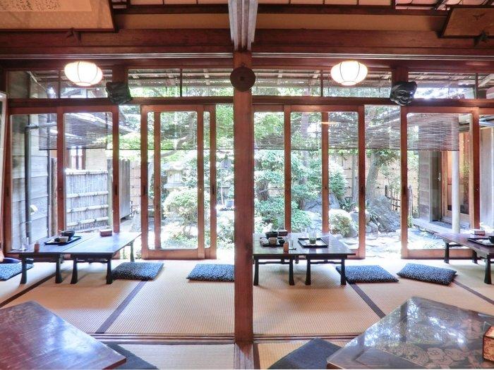 御座敷に座り、日本庭園を眺めながらお茶菓子をいただくなんて、なんて贅沢なんでしょう。