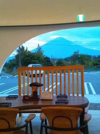 店舗がいくつかありますが、一番訪れてほしいのが、東恋路店。富士山からふわりと降りた雲をイメージしたというお店は、かなりインパクトがあります。入口側の席に座れば、富士山を見ながらほうとうをいただくことができます。