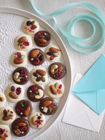 薄く丸く延ばしたチョコレートの上に、ドライフルーツやナッツなどを飾り付けたマンディアン。アラザンもアクセントに効いています。
