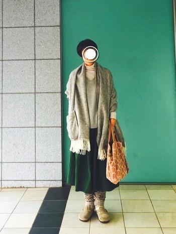 ナチュラルコーデに欠かせない『LAPUAN KANKURIT』のポケットストール。トップスのグレー×ホワイトのレイヤードスタイルがほっこりと暖かな雰囲気で素敵です。グリーンのフレアスカート合わせで、上品に着こなしていますね。