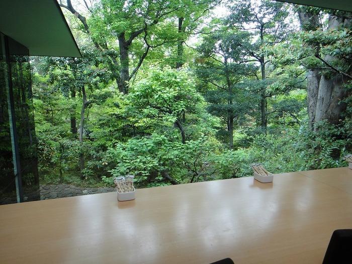 こちらの庭園は都会にあるとは思えない緑濃い庭園です。美術品の数々が庭園のあちらこちらにあり、ついつい目を奪われ何時間でも眺めていられる静寂な時間を過ごすことが出来ます。