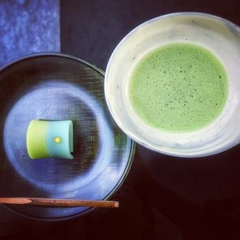 茶室もある根津美術館の日本庭園。ガラス窓一面から目に飛び込む緑を鑑賞しながら、お抹茶を頂くと落ち着いた気分になります。