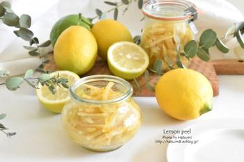 皮から果汁まで、レモンの恵みを余すことなく使ったレモンピールレシピ。いろいろとアレンジ料理にも使えるので、基本の作り方は是非マスターしておきたいですね。