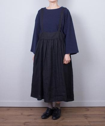 ギャザーのボリューム感がかわいいジャンパースカート。 洗いざらしのリネンの風合いが、甘すぎずほどよく大人っぽい印象です。