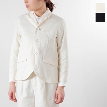 ブラウス&パンツスタイルにかっちりめのジャケットをプラスするだけの簡単コーデ。白×白がとても春らしくて爽やか!