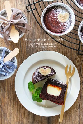 ガトーショコラとチーズケーキの2つの顔を持つケーキです。カカオ成分が高いビターチョコを使っているので、甘いものが苦手な人への贈り物にどうぞ。