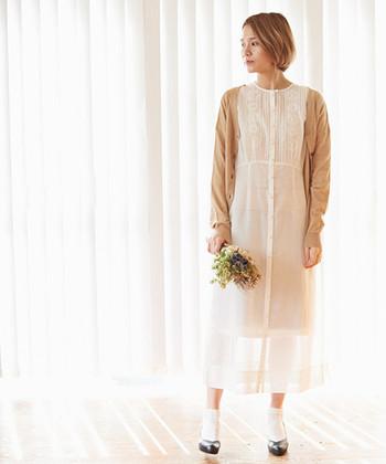 繊細で温かみのあるベトナム刺繍が上品な、羽織としても着られる前あきのワンピースです。透け感やレースアイテムは大人になるにつれて敬遠しがちなアイテムですが、大人にも着やすいこだわりが詰まったノートエシロンスの服なら大満足♪