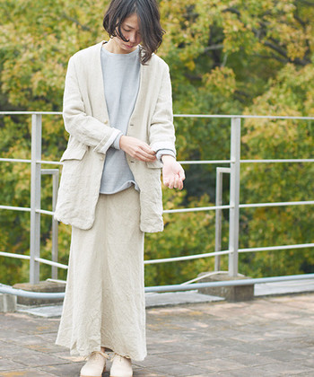 あえて、裏地にシーチングを使ってくしゃくしゃに仕上げたリネンジャケット。野暮ったくなりやすいナチュラルな素材を大人にも着やすくマニッシュに仕上げました。一枚着るだけで雰囲気あるスタイルに。