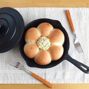 スキレットを使って作るちぎりパン。直火のいい点はその香ばしさやカリッと感が楽しめること。火力が強すぎろと膨らむ前に焦げてしまうので気を付けましょう!キャンプに行く時などは、粉類(イースト以外)を計ってビニール袋にまとめて入れて行き、現地でイースト・水・油を入れるだけで生地が完成!おうちにスキレットがある…という方は、是非、スキレットでも楽しんでみて下さいね。