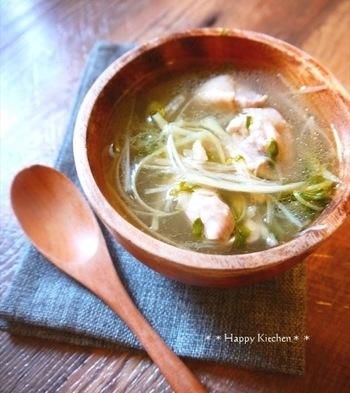 体がぽかぽかに温まるサムゲタン風のあっさりスープです。米のとぎ汁で煮込むことで、肉も野菜もとろとろに。鶏肉をさらに柔らかくしたいときには、圧力鍋を使うのもおすすめ。