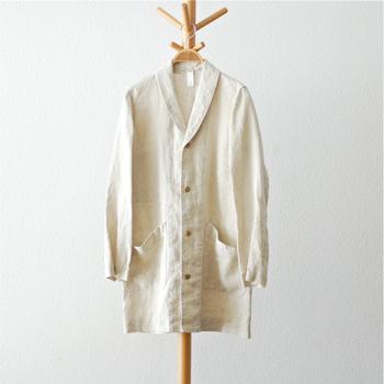 ショールカラーが上品な雰囲気のリネンコートです。 さらりと羽織るだけで様になりそう。