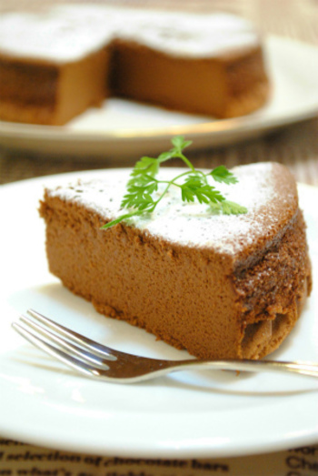 オーブンがなくても作れちゃうガトーショコラ。いつも使っている炊飯器を使えば、ケーキ型も不要です!