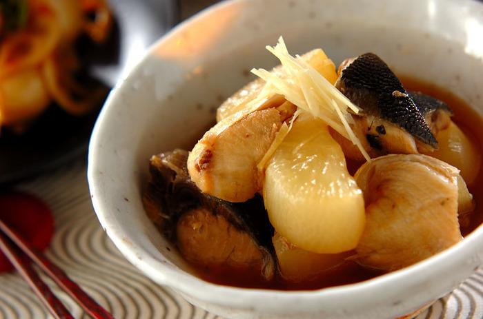 米のとぎ汁で大根を下ゆでするのは、ふろふき大根だけでなく、大根の煮物やおでんなども同様です。このひと手間で、クセがなく、柔らかな大根料理に仕上がります。