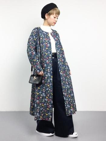 シンプルでコンパクトなミニマムショートだからこそ、色柄の洋服が映えますね。ガーリーな花柄ワンピースも、甘くなり過ぎずに大人っぽく着こなせます。
