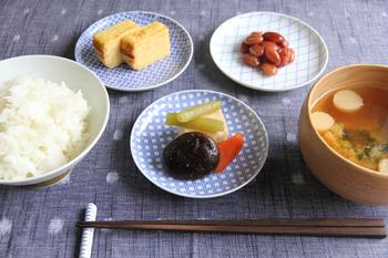 小皿も活用の仕方一つでこんなに華やかな食卓になります。卵焼きと煮物、そして甘納豆をそれぞれ一つずつ小皿に乗せるだけで、パッと華やかな印象になりますよね。使用しているのは「東屋」の印判小皿。青の紋様がとっても綺麗です!