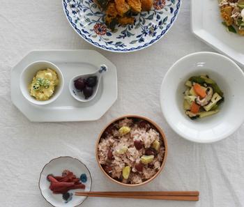 豆皿や小皿の活用のポイントは、盛り過ぎないこと。 適度な分量を守って、器の魅力を引き出す様に盛りつけてあげて下さい。足りないかな…?と思ったら、別の豆皿や小皿と組み合わせる楽しみもありますよ!