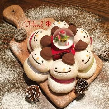 雪だるまが仲良く並んだ様子がとっても可愛らしいですね♡デコレーションには、チョコレートやグミを使用。食べるのが勿体ない程の出来栄えですね!