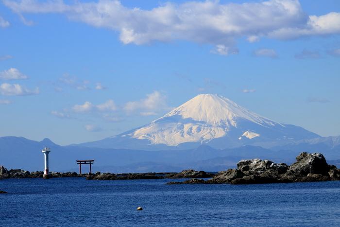 三浦半島の西側、逗子と横須賀に挟まれた葉山は、湘南のスタート地点としても有名です。日本のヨット発祥の地でもあり、サーフィンや海水浴が楽しめる美しい海岸がたくさんあります。町内には皇室の別荘である葉山御用邸もあり、有名人の別荘や企業の保養地もたくさん建てられています。都内から1時間ちょっとで行ける場所でありながら、美しい自然と文化が融合する魅力的な観光スポットです。