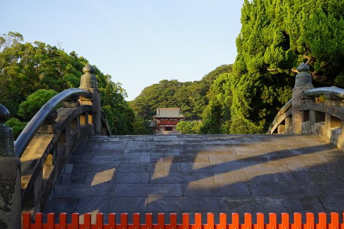 """鶴岡八幡宮「源氏池」の畔には、創建800年を記念して開園した、回遊式の日本庭園""""神苑ぼたん庭園""""があります。鶴岡八幡宮へ参拝したら、ぜひ入園してみましょう。"""