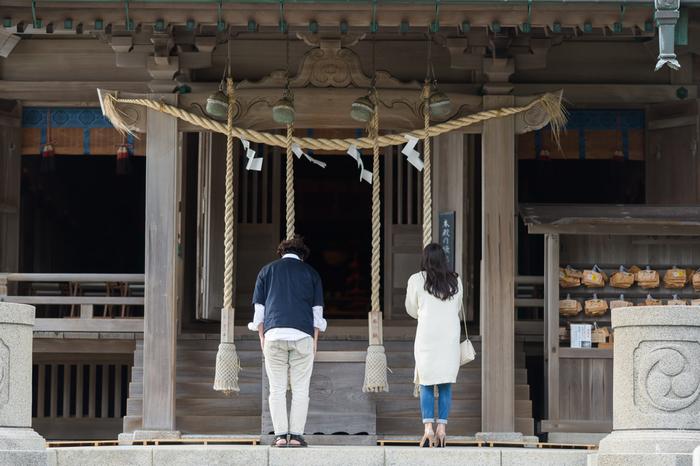 縁結びの神社としても有名な神社。神社の裏手には海が広がっていて、天気の良い日は富士山も見えます。縁結びのお願いをした後で、かながわの景勝50選にも選ばれた絶景を堪能してみて下さい。