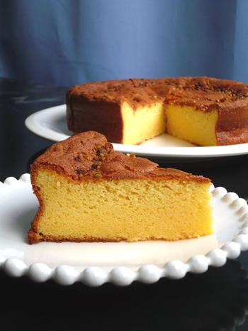 ホワイトチョコ×サフランで作る、黄色いガトーショコラ。作り方はガトーショコラと同じですが、ホワイトチョコ特有のクリーミーなまろやかさが味わえます。