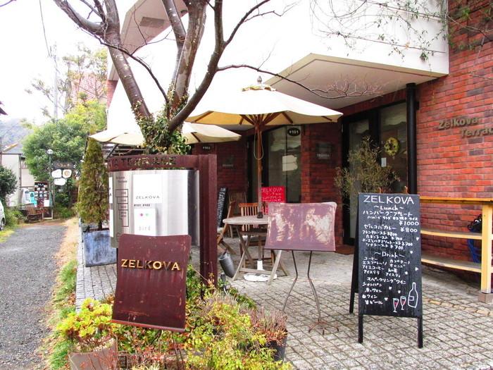 """""""ゼルゴバ""""は、小町通から一本入った路地に建つ「ゼルコバテラス」の1階。「ゼルゴバテラス」は、店名の""""ゼルゴバ(ケヤキ)""""の木が目印。"""