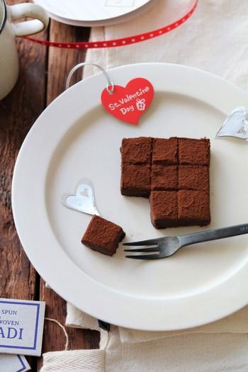 チョコレート、生クリーム、ココアパウダー、香りづけのラム酒の4つの材料で作れる生チョコレート。 シンプルレシピですが、本格派の味わいを堪能できます!