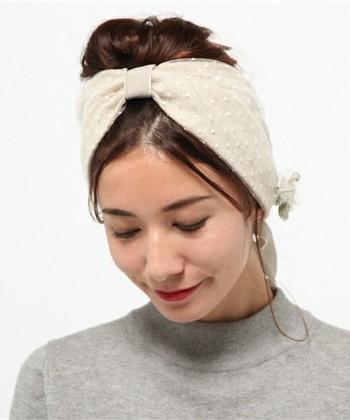 トレンドのヘアアイテム「ヘアターバン」も、チュールをあしらったデザインが人気です。 表情のある個性的なアクセサリーとして、デイリーはもちろんパーティーなどでも大活躍してくれそう。手芸がお好きな方は、手芸ショップでお気に入りのチュールを選んで、お手持ちのヘアターバンに縫い付けるのもおすすめ。